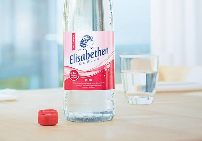 Elisabethen Quelle Pur Flasche auf einem Tisch.