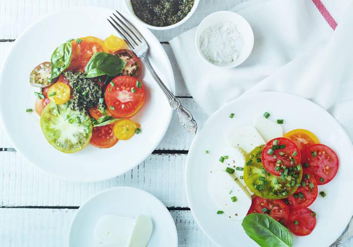 Zwei Teller mit schön angerichtetem Salat.