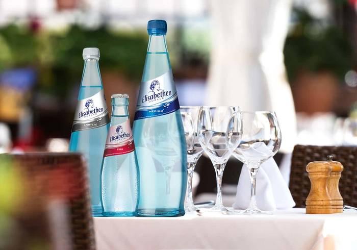 Elisabethen Quelle Pur Exclusiv und Medium Exclusiv werden auf einem Tisch serviert