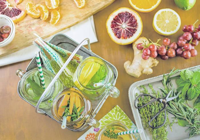 Verschiedene Früchte und Kräuter liegen auf einem Tisch.