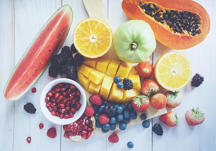 Verschiedenste Obstsorten liegen verteilt auf dem Tisch.